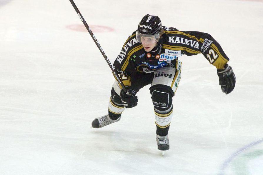 Kärppien Miikka Salomäki pääsee maanantai-illan ratkaisevaan pudotuspeliin Lahden Pelicansia vastaan.
