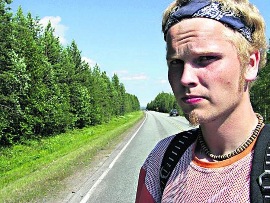 Hannu Österberg oli rullaluistella karhun päälle keskiviikkoiltana Nivalassa.