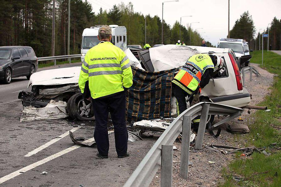 Vakavia nokkakolareita sattui tämän vuoden alkupuolella eri puolilla maata yhteensä 65. Kuva on Raahessa toukokuussa sattuneesta vakavasta rekan ja henkilöauton yhteentörmäyksestä.