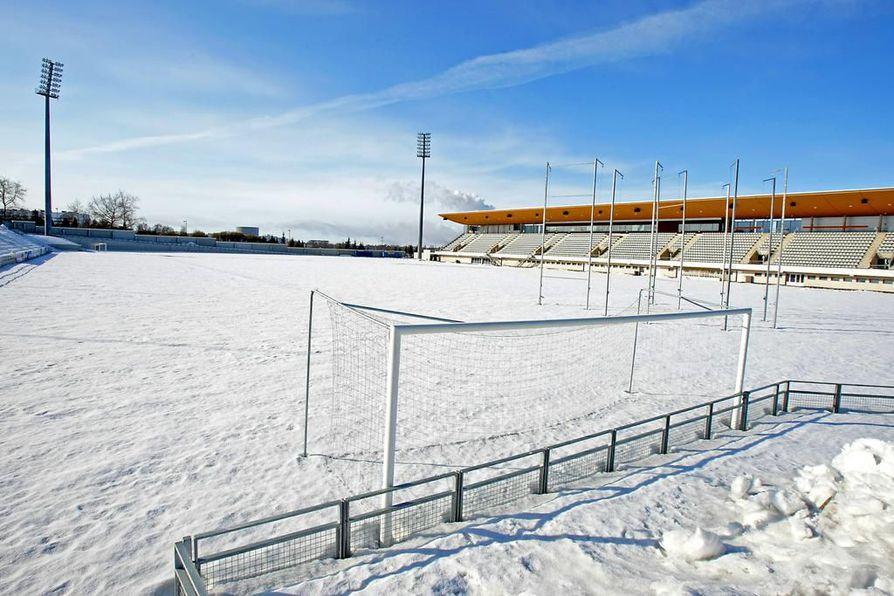 Raatin kentän päällä on 40 sentin korkuinen lumimassa.