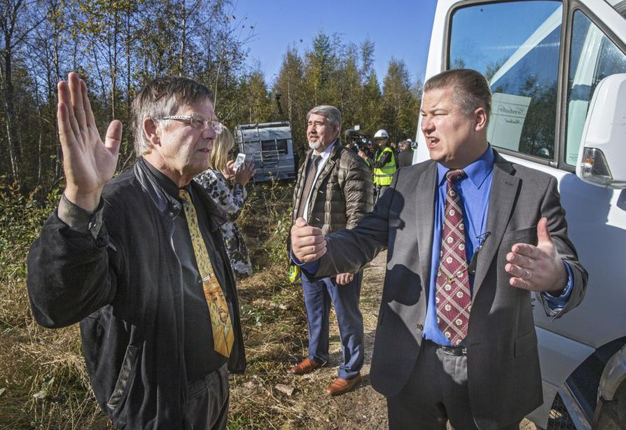 Pyhäjoen  kunnanjohtaja Matti Soronen (oik.) ja kunnanhallituksen puheenjohtaja Matti Pahkala keskustelivat ydinvoimalan yhdystien rakentamisen aloituksessa tiistaina.