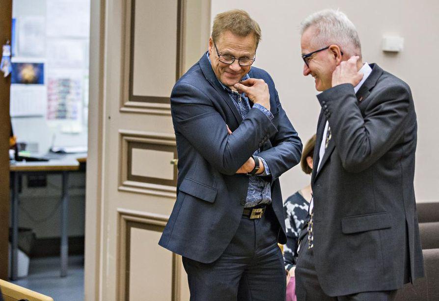 Talousjohtaja Jukka Weisell (vasemmalla) ja kaupunginjohtaja Matti Pennanen. Arkistokuva 1.2.2016.