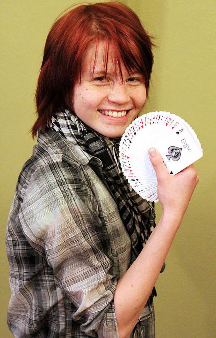Kortti- ja narutemppujen lisäksi taikurityttö Salla Pyynyltä onnistuu  myös ilmapalloeläinten taiteilu.