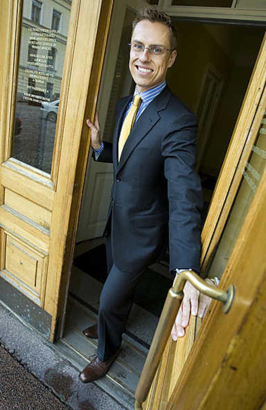 """Ulkoministeri Alexander Stubb korostaa, että keskustelu presidentin valtaoikeuksista liittyy vuoden 2012 jälkeiseen elämään."""" Meillä yhteistyö sujuu ja henkilökemiat ovat toimineet aina. Arvostan presidentti Tarja Halosta ja hänen kokemustaan. Tulemme todella hyvin toimeen ja meidän yhteistyömme on kivaa."""""""