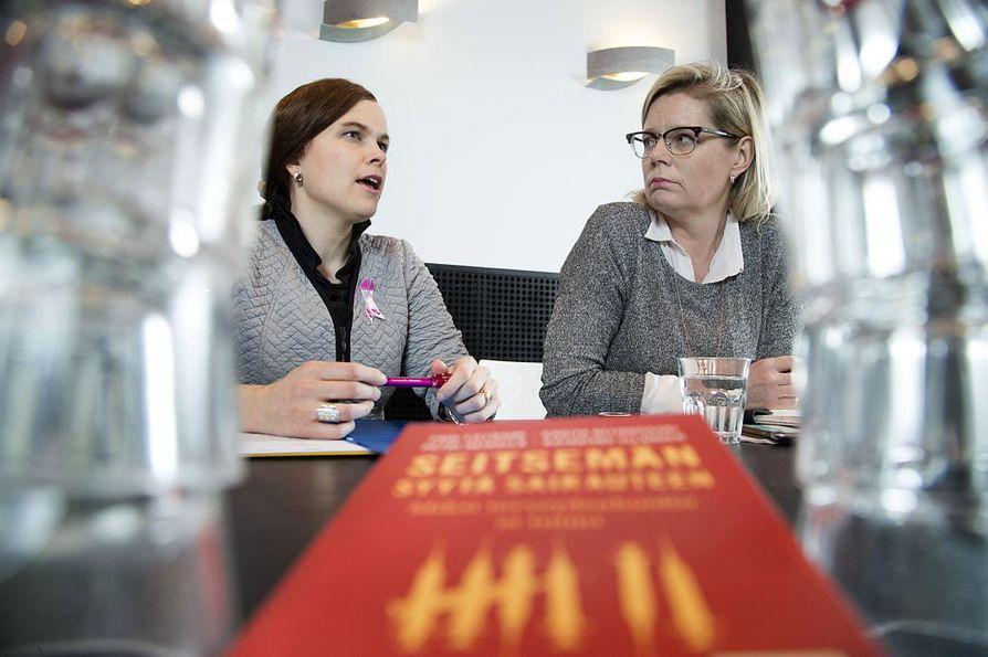 Kuvassa kansanedustaja Mari-Leena Talvitie (vas) ja Sitran asiantuntija Sari Rautio.