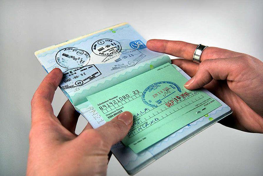 Turistin I-94w-maahantulokortti jäi passin väliin, vaikka se olisi pitänyt luovuttaa maasta poistuttaessa.