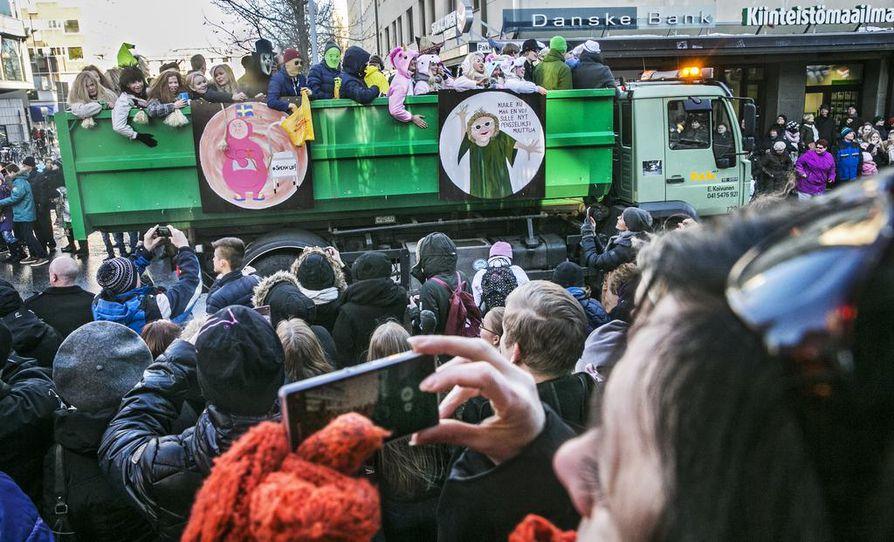 Penkkariautojen ajo kerää väkeä tungokseen asti Oulun keskustaan.