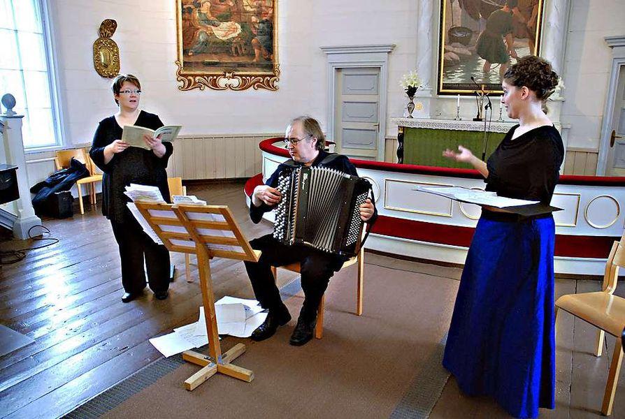 Timo Kinnusen ohella Pergolesin Stabat Materin esittäjiin kuuluvat myös sopraano Anu Mattila (vas.) ja altto Sirpa Kurra.