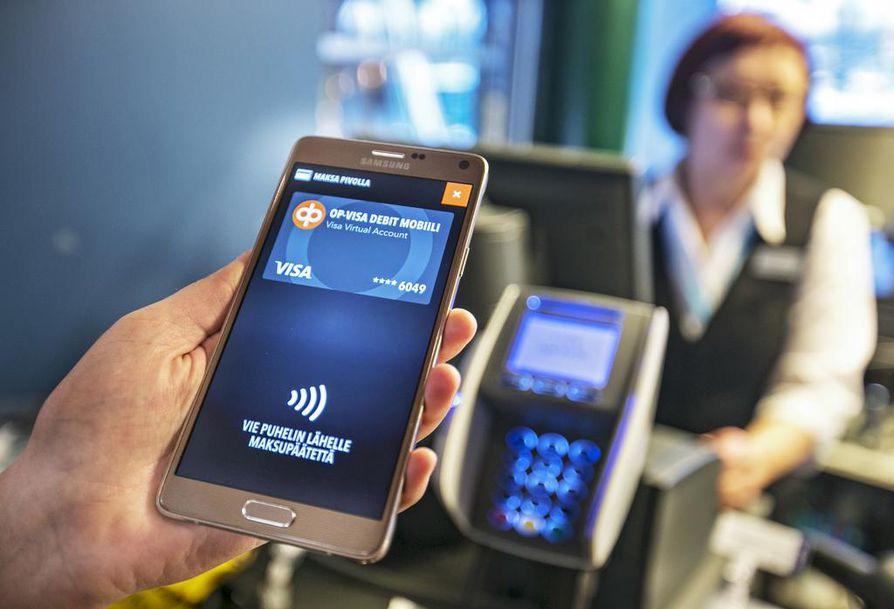 Lähimaksaminen puhelimella tapahtuu käytännössä siten, että puhelin, johon mobiilimaksukortti on kytketty, viedään korkeintaan muutaman sentin päähän maksupäätteestä.   Jotta maksu voidaan suorittaa, laite pitää avata sen omalla turvakoodilla eli poistamalla näyttölukitus.