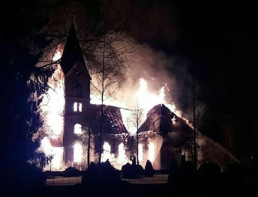 Ylivieskan kirkko paloi pääsiäislauantaina.