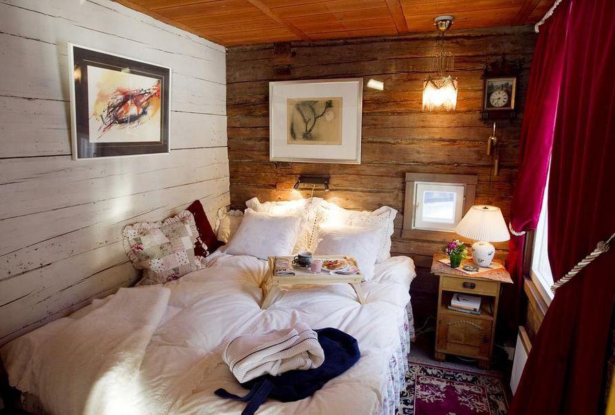 Aamiainen vuoteeseen tuntuu ylelliseltä. Vierashuoneen ei tarvitse olla suuren suuri, kunhan se tarjoaa omaa rauhaa. Vieraille tarkoitetut pyyheliinat ja kylpytakit lisäävät mukavuutta.