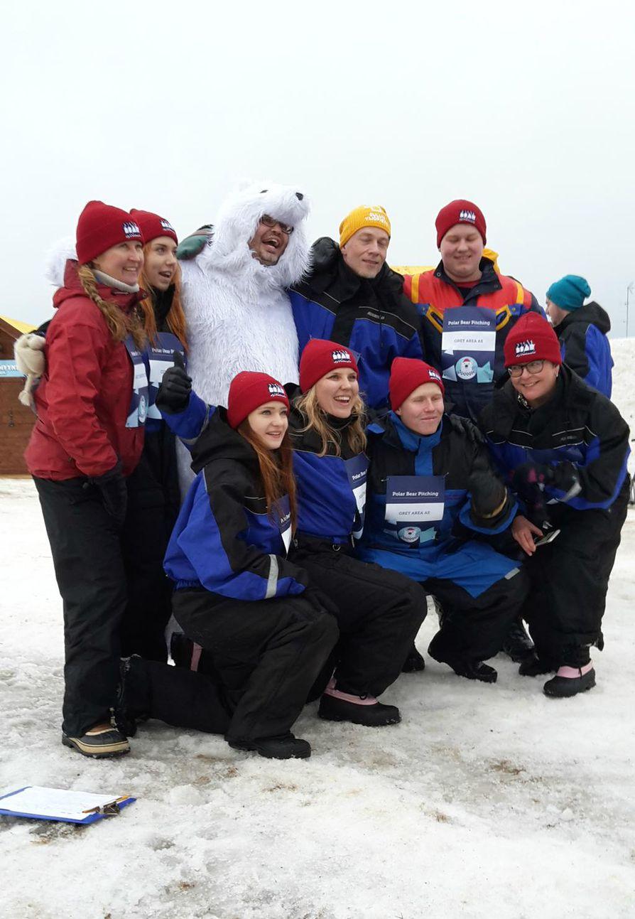 J-Bear (Jason Brewer, lumikarhupuvussa) on Polar Bear Pitchingin virallinen maskotti ja haluttua selfieseuraa.