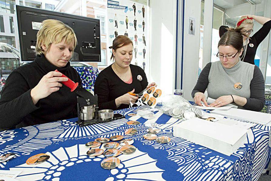 Tukiryhmässä rintamerkkien tekeminen on tuttua puuhaa. Kuvassa talkootyötä tekemässä Pia Hakola (vas.), Anniina Salo ja Elsi Salovaara.