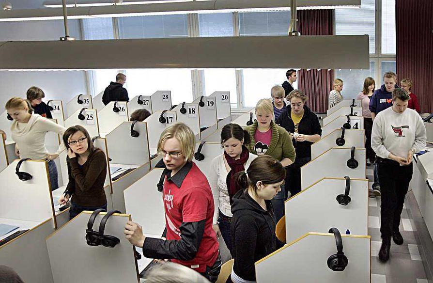 Englannin pitkän oppimäärään kuuntelukoe Karjasillan lukiossa vuonna 2007.