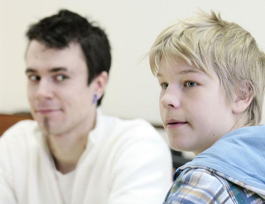 Aleksi Keltamäki (vas.) aikoo opiskella peruskoulun jälkeen sähköhommia. Jarno Sassilla on vielä vuosi aikaa miettiä.