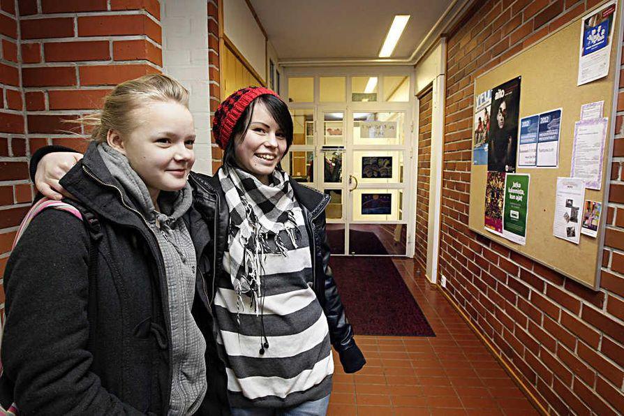 Kamilla Niemelä (vas.) ja Vanja Keskikallio käyvät yleensä joka viikko Oulussa. Oulussa asuvat nuoret eivät heidän mielestään poikkea esimerkiksi pukeutumiseltaan Yli-Iissä asuvista.