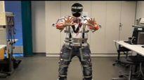 Jani Lehtovirta kehitti rungon robottipukujen pukemiseen