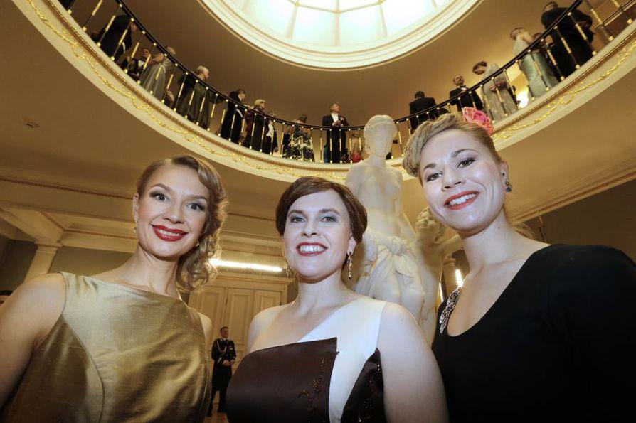 Tytti Tuppurainen, Mari-Leena Talvitie ja Hanna Sarkkinen olivat mukana presidentin itsenäisyyspäivävastaanotolla.