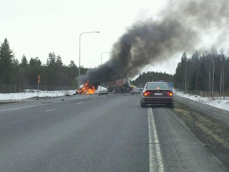 Henkilöauto syttyi törmäyksen jälkeen tuleen.