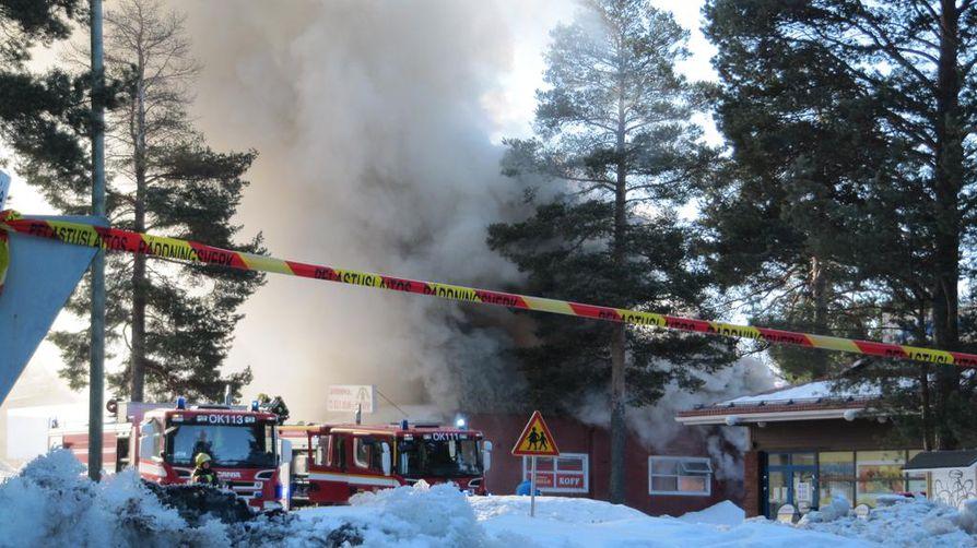 Palokunta kehottaa lähialueen asukkaita pitämään ikkunat ja ovet kiinni savuhaitan vuoksi.