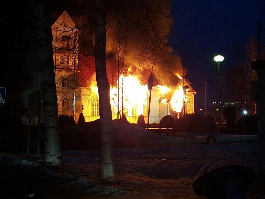 Ylivieskan kirkko syttyi palamaan lauantai-iltana.