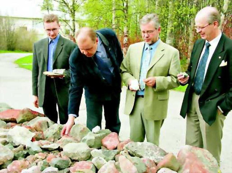 Aita täynnä kiviä. Suomussalmen Karhulanvaaran vanha kiviaita sisältää monenlaisia kivinäytteitä.
