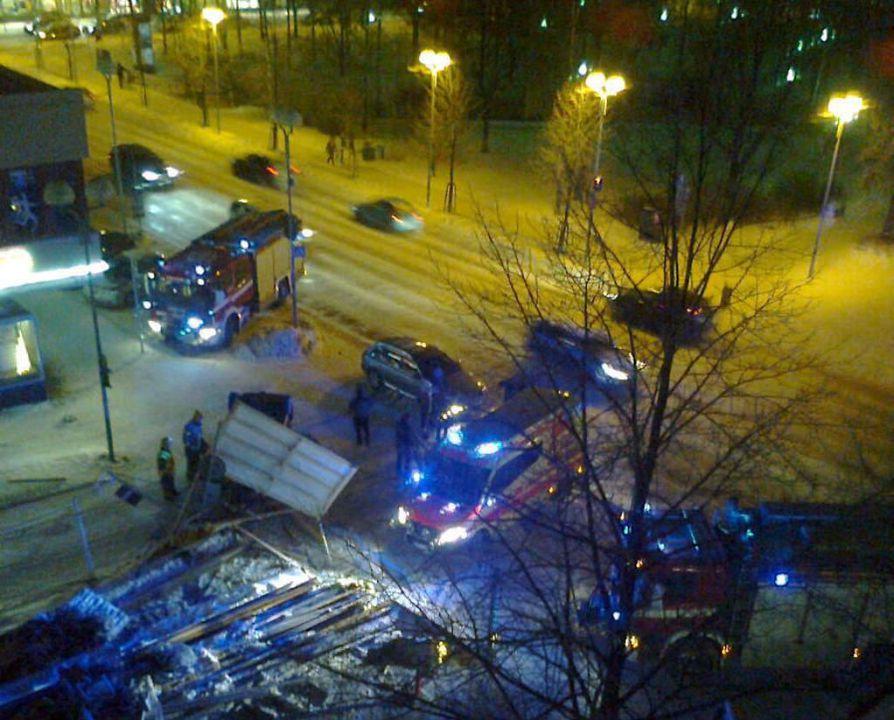Henkilöauto pyörähti katolleen Hallituskadulla kallioparkkityömaan kohdalla.