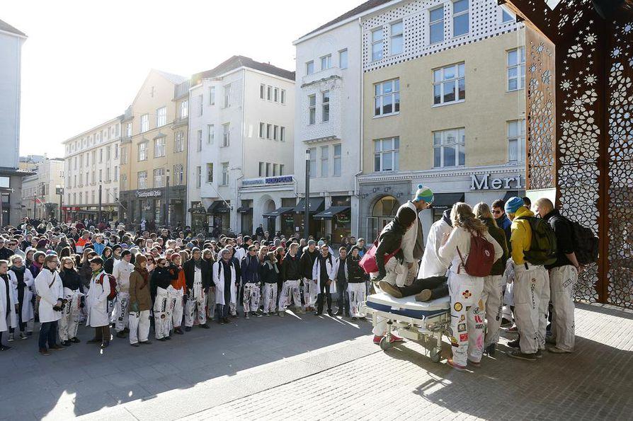 Arkistokuva. Lääketieteen opiskelijat osoittivat Rotuaarilla mieltään säästöleikkauksia vastaan huhtikuussa 2014.