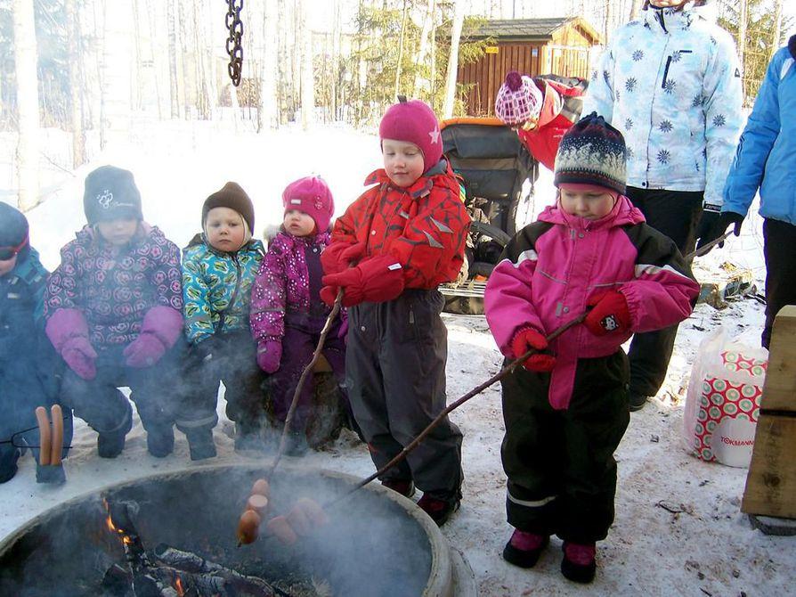 Aurinkoisena talvipäivänä päiväkodin lapset ja aikuiset kävivät makkaranpaistossa päiväkodin lähellä sijaitsevalla laavulla.