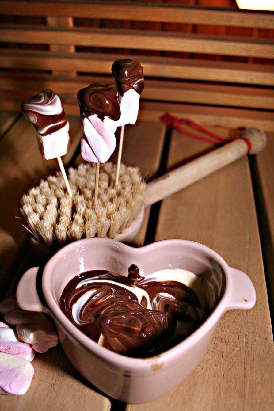 Suklaafonduekin syntyy saunan kiukaalla.