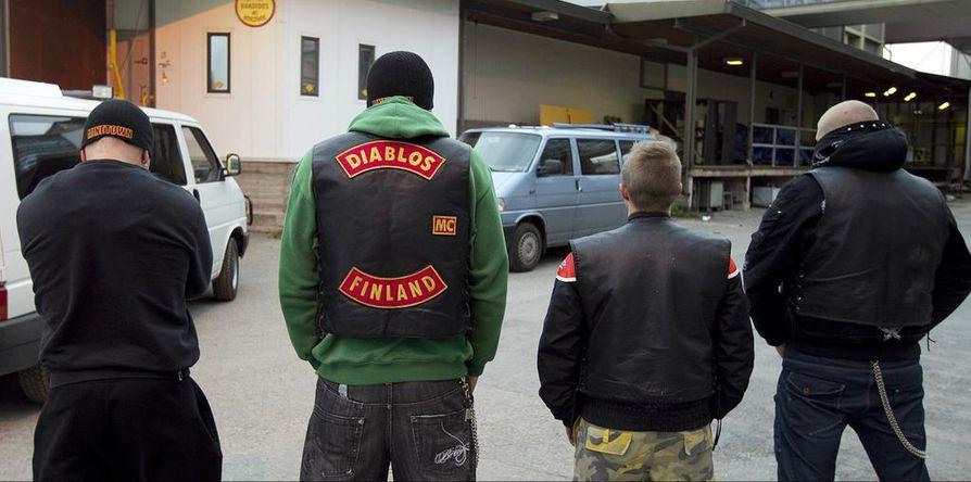 Poliisi teki kotietsinnän Diablos MC:n kerhotiloihin Limingantullissa syksyllä. Jäsenet eivät päässeet tiloihin. Kuvan neljä miestä eivät halunneet näyttää kasvojaan.