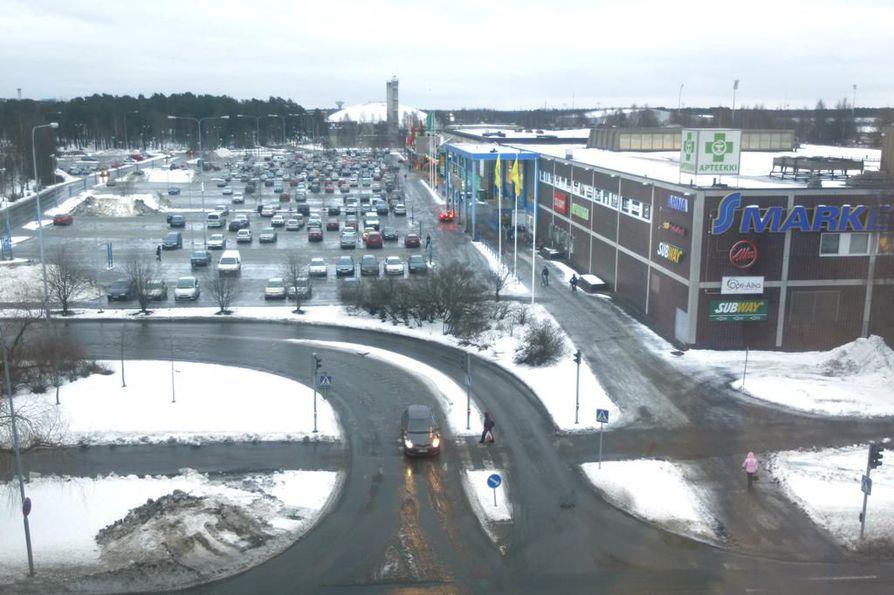 Raksilan S-market sijaitsee marketalueen pohjoispäässä.