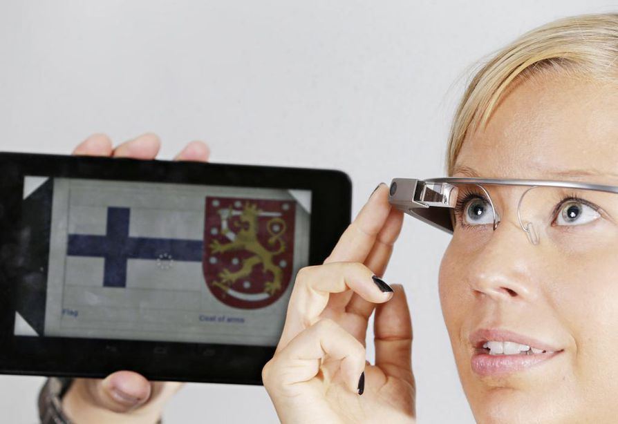Google-laseja ohjataan puhekomennoilla ja oikean sangan kosketuspinnalla. Tabletin näytöllä näkyy sama, minkä käyttäjä näkee lasien oikeassa yläkulmassa olevalla näytöllä.