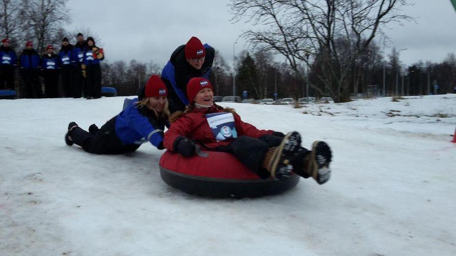 Polar Bear Pitching -tapahtuman yhteydessä Nallikarissa järjestettiin myös talvinen kisailupäivä. Kuvassa ihmiscurlingia.