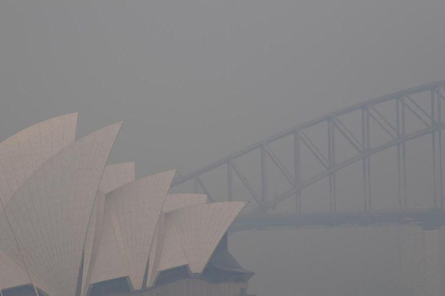 Paksu savu peitti torstaina Sydneyn jo kolmantena päivänä peräkkäin. Kaupunkilaisia kehotettiin pitämään lapsia sisätiloissa.