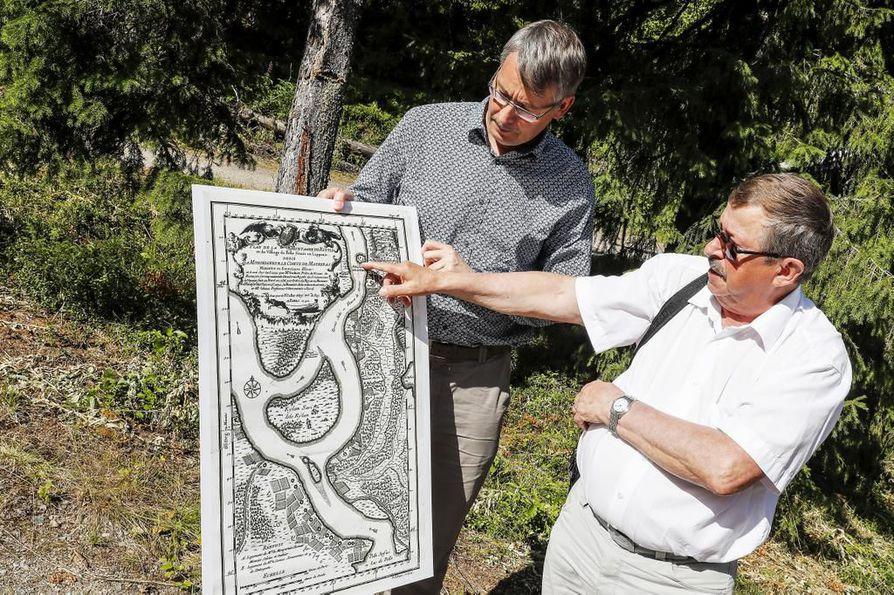 Tuossa on Korteniemen kartano, Veli-Markku Korteniemi osoittaa Réginald Outhierin piirtämästä kartasta. Kartta on Osmo Pekosen arkistolöytö Ranskasta.