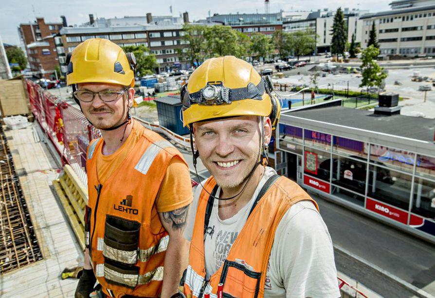 Lehto Groupin kerrostalotyömaalla Oulun keskustassa työskentelevät raudoittaja Asko Keränen (vasemmalla) ja kirvesmies Joona Kolehmainen ovat löytäneet alan töitä omien verkostojensa kautta.