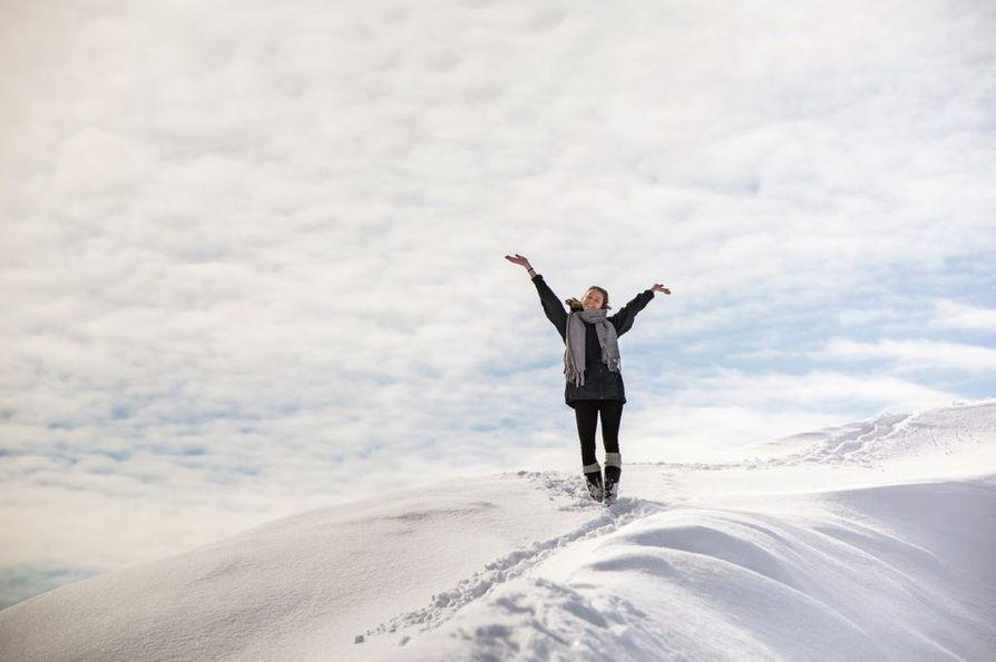 Lopultakin aurinkoinen päivä! Suomalainen vaihto-opiskelija Annaliina Koskinen iloitsee keväisessä Nuukissa.
