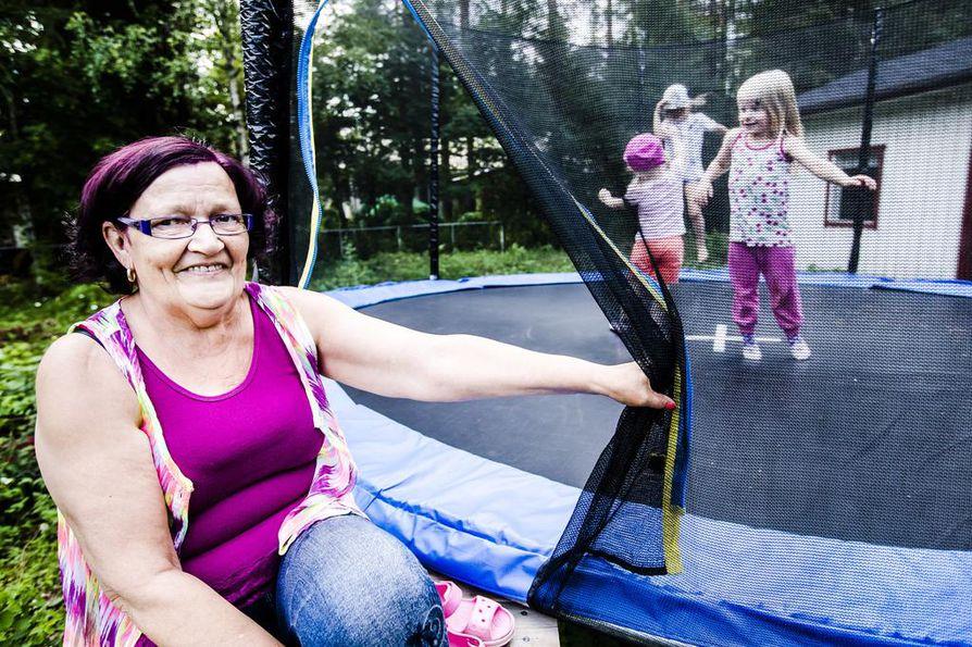 Arja Juholalle muutto Kittilästä Rovaniemelle oli onnistunut ratkaisu. Uudella kotipaikkakunnalla asuu kuusi lasta ja yhdeksän lastenlasta. -Kannattaa valita sellainen asunto, että mahdollisimman moni lapsi mahtuu yökylään yhtä aikaa, Juhola neuvoo muuttoa suunnittelevia. Trampoliinilla hyppivät lapsenlapset Jade, Mette ja Saaga Poikela.
