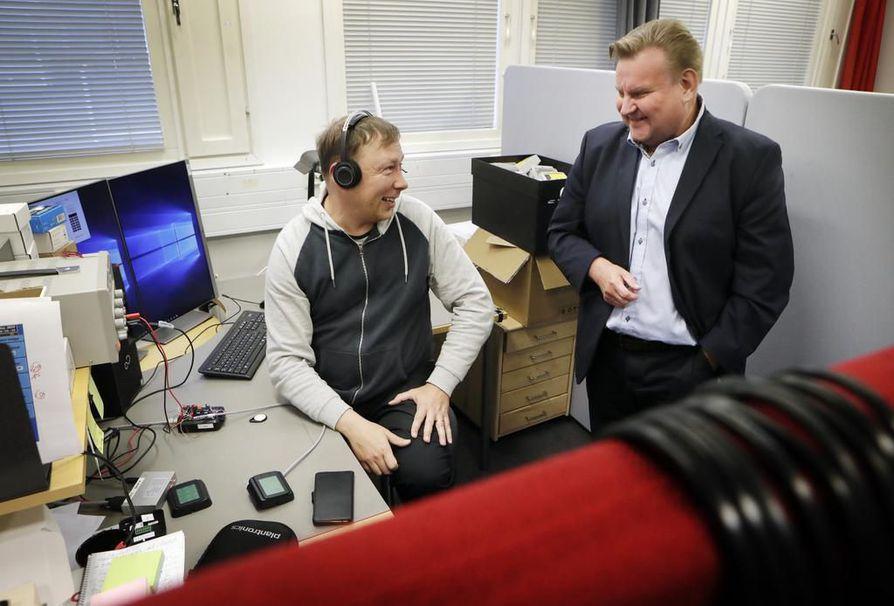 Idescon applikaatioinsinööri Marko Jyrkän (vas.) ja toimitusjohtaja Jari Valtosen mukaan kulunvalvontalaitteita hankkineet asiakkaat arvostavat siitä, että mahdolliset ongelmatilanteet hoidetaan nopeasti kuntoon.