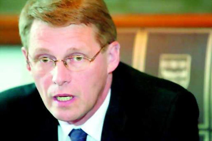 Pääministeri Matti Vanhanen torjuu ehdotuksen liittoutumattomuuden hautaamisesta. Vanhanen muistutti Ylen radiouutisten pääministerin haastattelutunnilla, että sanoja tärkeämpää on politiikan sisältö.