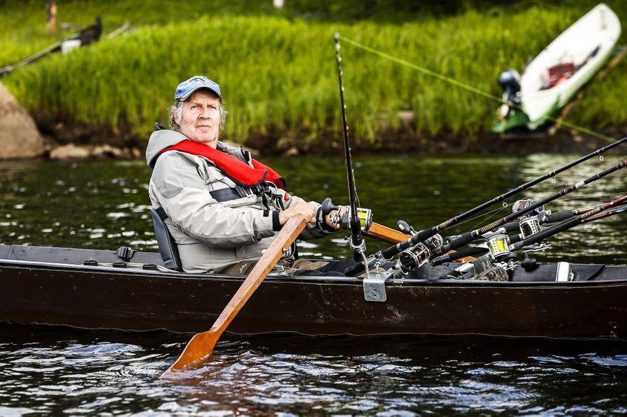 Tornionjoella on hiljaista. Liperiläinen Erkki Saarelainen kertoo olleensa vesillä 11 tuntia tuloksetta, vaikka kalastaakin Lappeankosken läheisyydessä Tornion- ja Muonionjokien taitekohdassa, joka tunnetaan aktiivisena lohialueena.