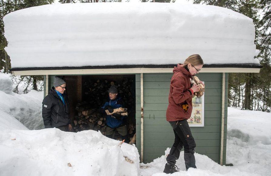 KUUSAMO: Koillismaalla lunta on yli 90 senttimetriä. Helmikuussa opintonsa aloittaneet luonto- ja eräopasopiskelijat harjoittelivat talvisia asiakastilanteita Kuusamon Munakka-ahon laavulla.