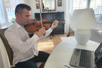 """""""Tärkeintä on nyt pitää oppilaat soiton piirissä"""" - Meri-Lapin musiikkiopistossa opiskellaan nyt etänä"""