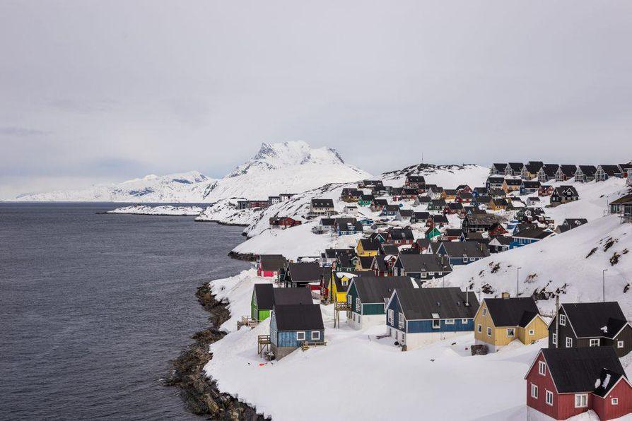 Nuukin tavaramerkiksi ovat muodostuneet värikkäät puutalot sekä taustalla häämöttävä Sermitsiaq-vuori.