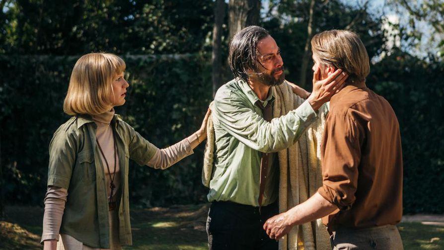 Lysa (Sophia Heikkilä), ja Tapani Brotheruksen (Pelle Heikkilä) luo tulvii vuonna 1973 vallankaappauksen jälkeen chileläisiä, joiden henki on vaarassa. Yhtä heistä näyttelee Néstor Cantillana (keskellä).