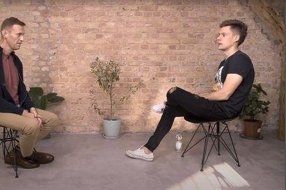 """""""Tunsin kuolevani"""" – Aleksei Navalnyi syyttää venäläisviranomaisia myrkyttämisestään ja vertaa kokemaansa ankeuttajan suudelmaan ensimmäisessä myrkytyksen jälkeisessä videohaastattelussa"""