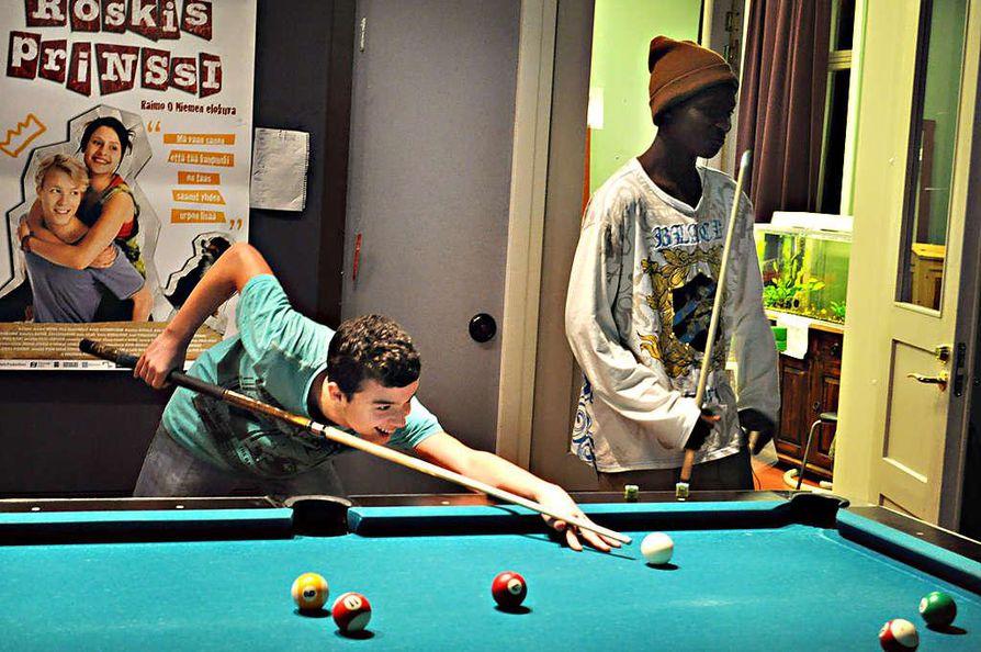 """Edin Hasani (vas.) ja Wani Gruo viihtyvät keskustan nuortenkahvila Bysiksessä. """"Tämä on tosi hyvä paikka"""", pojat kehuvat."""