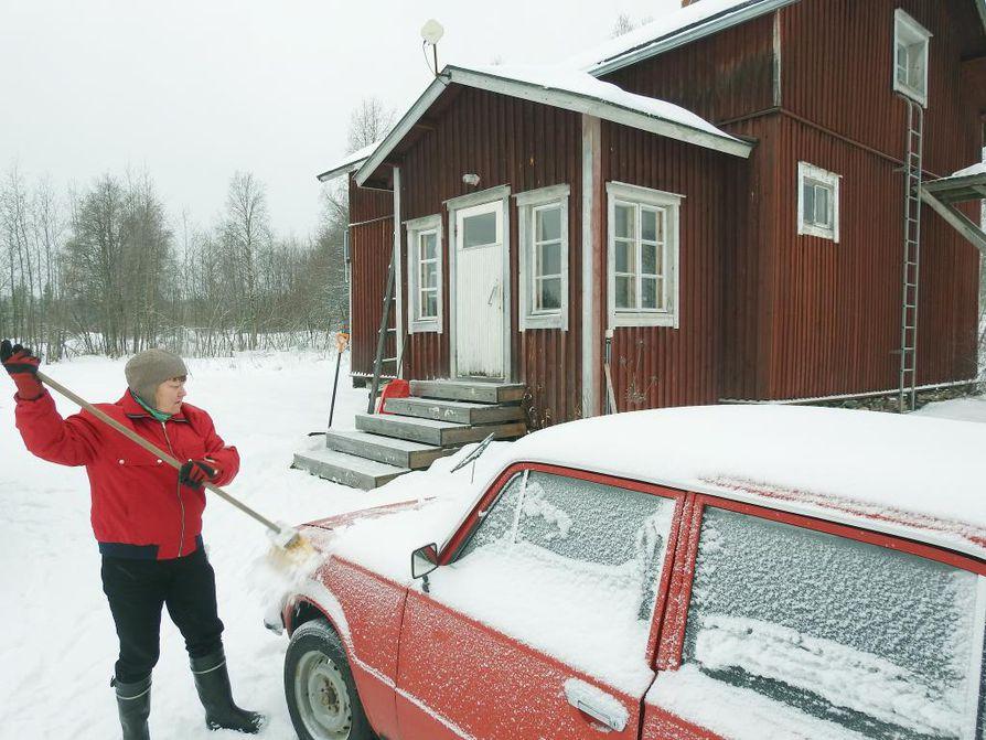 Mansikki eli Lada 1200 on Nyyskän työväline ja turva. Talvella Siikavaaran asukas käy kylillä harvakseltaan ja jos tuiskuttaa kovasti, vielä harvemmin.