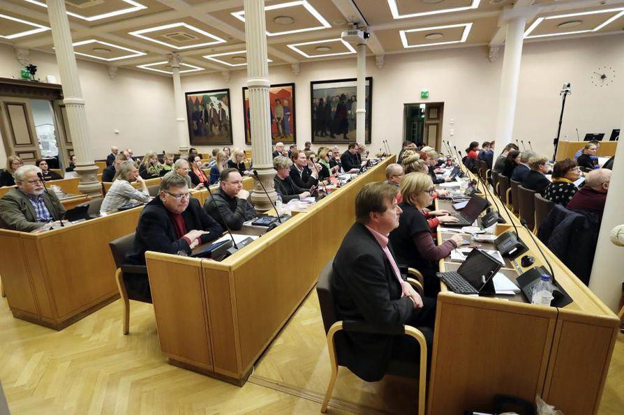Oulun kaupunginvaltuustolla on edessä isojen päätösten syksy. Yksi tärkeimmistä on ensi vuoden talousarviosta päättäminen joulukuussa. Kuva valtuuston budjettikokouksesta viime vuoden joulukuulta.